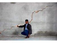 Adıyaman'da deprem sonrası oluşan dev çatlaklar korkutuyor