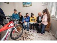 Başkan Soyer'den başarılı ortaokul öğrencisine bisiklet hediyesi