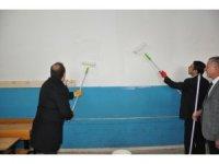 Vali Pehlivan okulda boya yaptı
