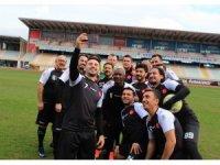 Suriyeli gençler, eski ünlü futbolcularla gösteri maçına çıktı