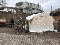 Mehmetçikten Aksihar'daki deprem sonrası çadır kurma faaliyetlerine destek