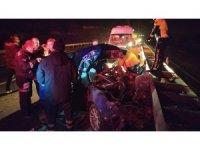Kamyona arkadan çarpan otomobil bariyerlere savruldu: 1 ölü