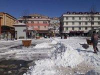 Bayburt'ta kar yığınları şehir dışına taşınıyor