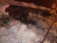 Çatıdan düşen kar içeride mahsur bıraktı