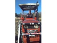 Canlı yayında şarkı çalıp göbek attı, traktörle uçuruma yuvarlandı