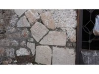 Örülen duvarlarda kullanılan tarihi eserler kurtarılmayı bekliyor