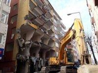 Bahçelievler'de ağır hasarlı binaların yıkılmasına devam ediliyor