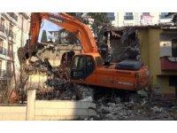 Büyükçekmece'de riskli 2 bina daha yıkıldı