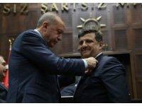 Bağımsız belediye başkanı AK Parti'ye geçti, rozetini Erdoğan taktı