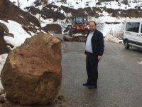 Aşırı yağışlar kaya parçasını yerinden oynattı, köy yolu ulaşıma kapandı