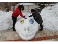 Van Gölü canavarının kardan heykeli yapıldı