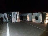 Zift yüklü 2 kamyon devrildi, tonlarca zift yola saçıldı