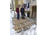 Kar kütlesinin ağırlığına dayanamayan bina girişi çöktü