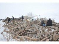 Başkale'deki depremden geriye kalan enkaz yığınları
