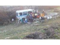 Manisa'da işçi servisi ile otomobil çarpıştı: 13 yaralı