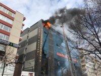 Ankara Kızılay'da bir iş merkezinin en üst katında yangın çıktı. İtfaiye ekipleri olay yerine sevk edilirken, bina boşaltılıyor.