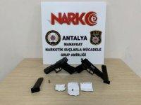 Şüpheli araçta silah ve uyuşturucu ele geçirildi