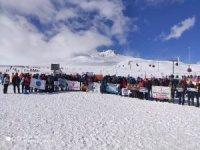 85 dağcı, çığ düşmesi sonucu hayatını kaybeden öğretim üyeleri için zirveye yürüdü