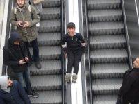 Taksim Metro'da çocukların tehlikeli oyunu kameraya yansıdı