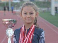 Yasemin Pilatin 9 yaşında Türkiye Tenis Şampiyonu oldu