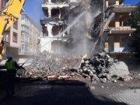 Bahçelievler'de ağır hasarlı binaların yıkımına devam ediliyor