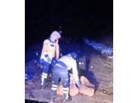 Dağdan kopan kaya parçalarını 112 ekipleri temizledi