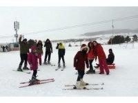 """Ardahan'da """"1 Çocuk 1 Dünya Projesi"""" kapsamında Öğrenciler için Yalnızçam Kayak Merkezi'nde etkinlik düzenlendi"""