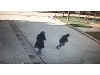 Kadının sokakta bıçakla gasp edilmesi güvenlik kamerasında
