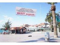 Emekli personelden Ayvalık Belediye Başkanı Mesut Ergin'e pankartlı teşekkür
