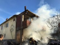 Samanlıkta çıkan yangın evin çatısına ulaştı, korku dolu anlar yaşandı