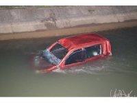 Hafif ticari araç sulama kanalına düştü