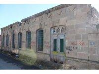 Asırlık ve tarihi evler bir bir yok oluyor