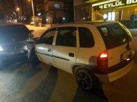 Ehliyetsiz sürücü aracıyla kırmızı ışıkta bekleyen otomobile çarptı; 1 yaralı