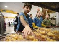 Altınküre Okulları kandil lokması dağıttı