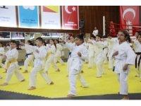 Körfezli minik karateciler hünerlerini sergiledi