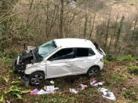 Virajı alamayan otomobil uçuruma yuvarlandı: 4 yaralı