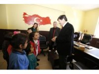 """Rektör Amca"""" kampanyasında toplanan kitaplar Kıyıdüzü ilkokuluna teslim edildi"""