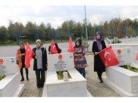 Siirt'te öğrenciler Mehmetçik için şehitlikte bir araya geldi