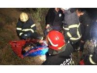 50 metre yükseklikten şarampole yuvarlanan otomobil evin duvarına çarparak durabildi: 2 yaralı