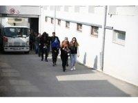 Adana'da 2'si kadın 19 torbacı adliyede