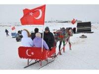 Köylü gençler misafirlere Eskimo usulü balık tutturuyor