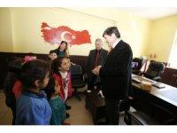 Rektör Amca, toplanan kitapları Kıyıdüzü köyü ilkokuluna teslim etti