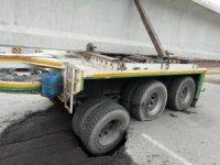 Köprü ayağı taşıyan tır kara yolunda açtığı çukura düştü