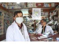 Korona virüs salgınına karşı eczacılar şeffaf brandayla önlem aldılar