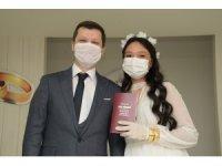Korona virüsü evlenmelerine engel olamadı