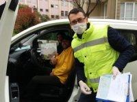 Darıca'da vatandaşlara evde sıkılmamaları için zeka oyunu dağıtıldı