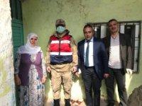Vefa Sosyal Destek Grubu, evden çıkamayan yaşlıların yardımına koşuyor