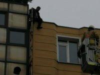 5 katlı binanın çatısına çıkan şahıs intihardan zar zor vazgeçirildi