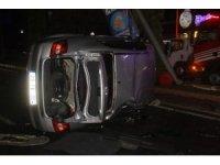 Çarpışan otomobillerden biri yan yattı: 3 yaralı