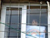 Çocuklar çizdikleri gökkuşağı resimleriyle vatandaşları evde kalmaya davet ediyor